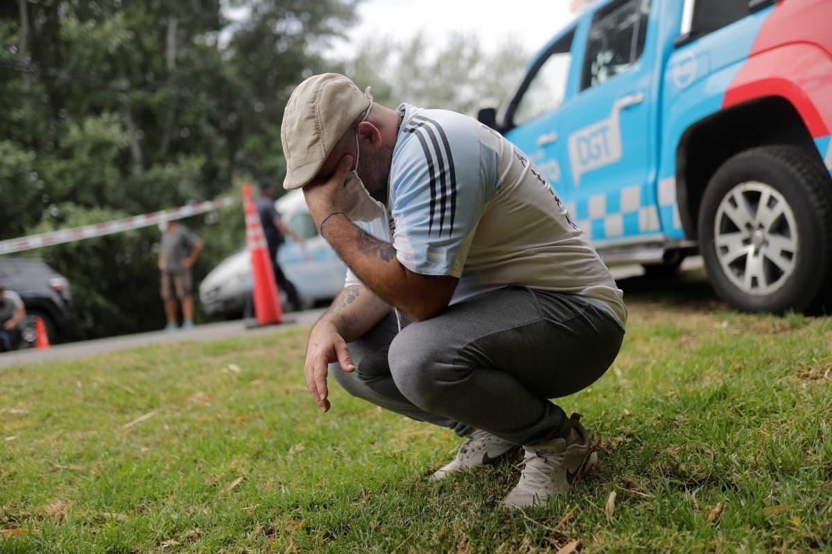 Argentiinalaisfani kyynelehti Maradonan kodin ulkopuolella Buenos Airesissa.
