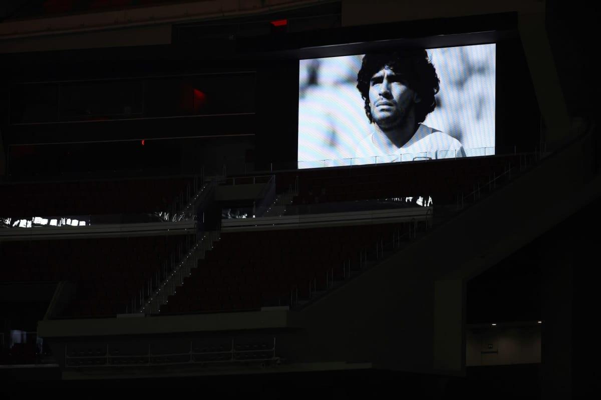 Maradonan kuva heijastetiin illalla Wanda Metropolitano -jalkapallostadionin seinälle Madridissa, Espanjassa.