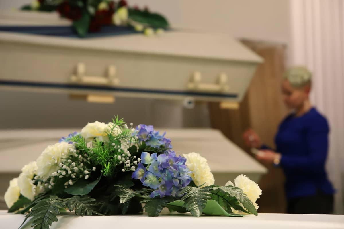 Minttu Väisänen hautaustoimistossaan.