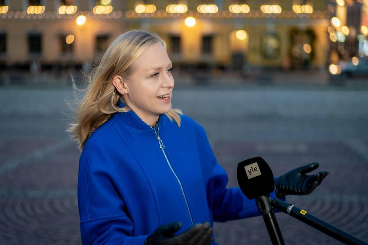 Elina Lepomäki haastateltavana.