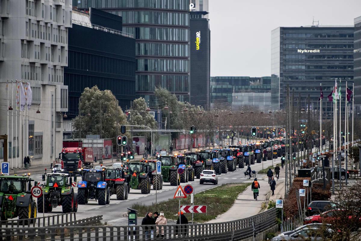 Maanviljelijät ajoivat traktorinsa Kööpenhaminan kaduille 21. marraskuuta 2020. Mielenosoittajien mukaan Tanskan hallinto on käyttäytynyt mielivaltaisesti minkkikriisin hoidossa.