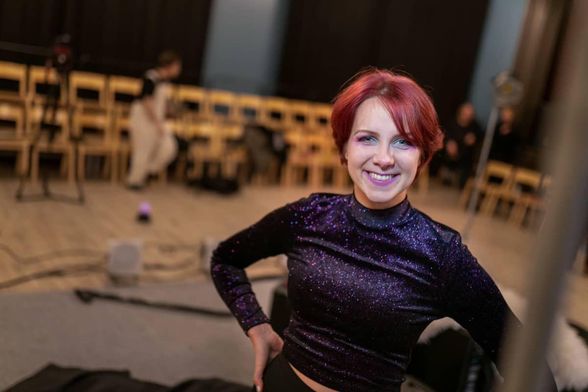 Näyttelijä Minttu Tamski odottaa näytelmän harjoituksia.