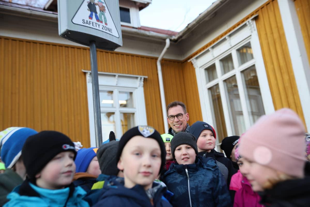 Kiusaamisvilkku ja Törnävän alakoulun lapsia ja rehtori Kimmo Rantanen Seinäjoella.