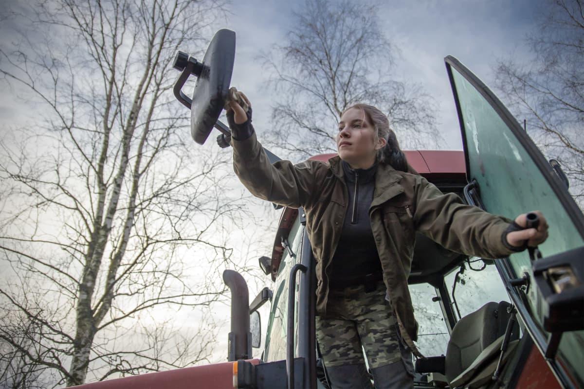 Vilma Nurminen nousee traktorin ratista