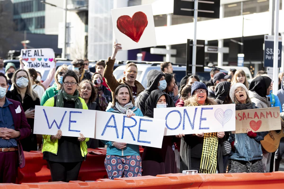 Ihmiset kokoontuivat kuulemaan kahteen moskeijaan viime vuonna iskun tehneen miehen tuomiota Christchurchissa Uudessa-Seelannissa 27. elokuuta 2020.