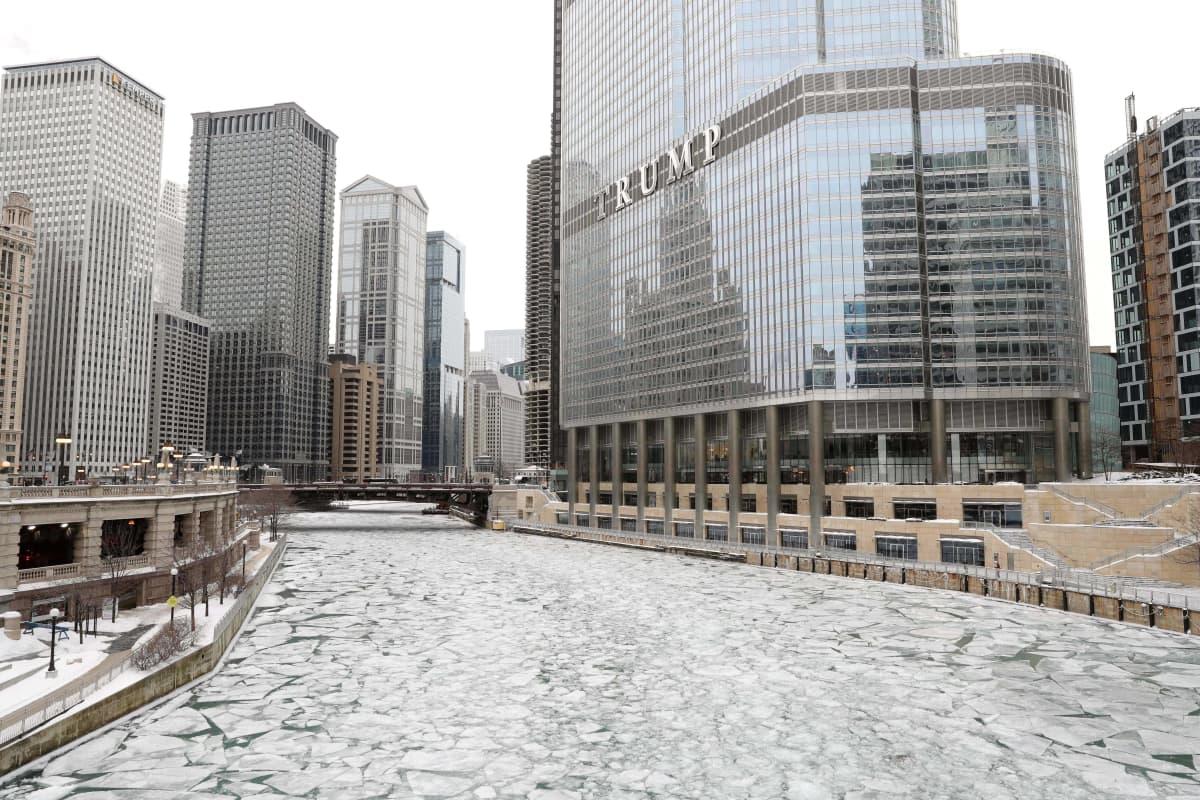 Trump hotelli Chicagossa jäätyneen Chicagojoen rannalla tammikuussa 2019.