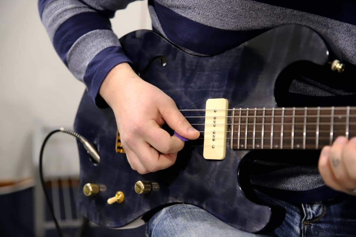 Juho Lätti soittaa kitaraa