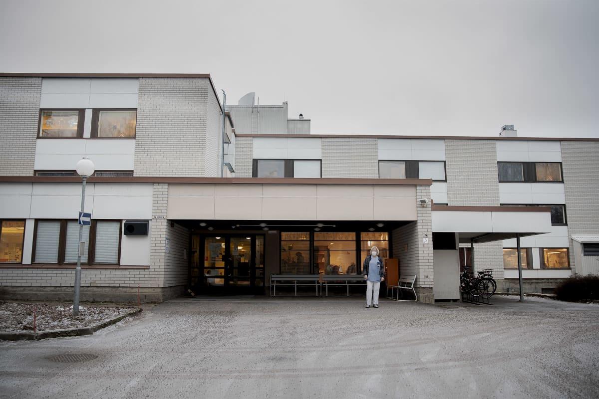 Päivi Syvänperä seisoo Keljon Vanhainkodin edustalla.