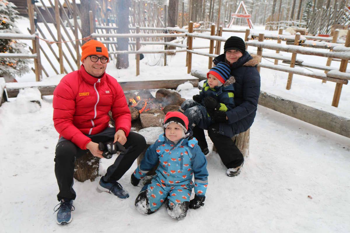 Tomi, Johanna, Onni ja Hugo Kaksonen vierailulla Pajakylässä