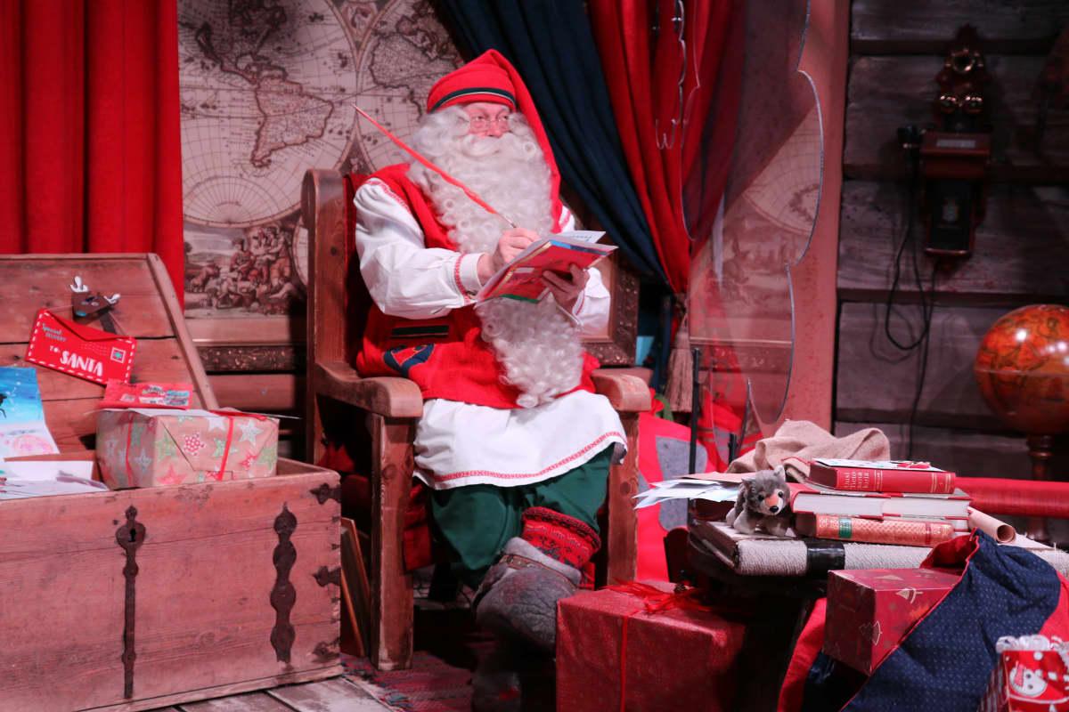 Joulupukki joulupukin kammarissa