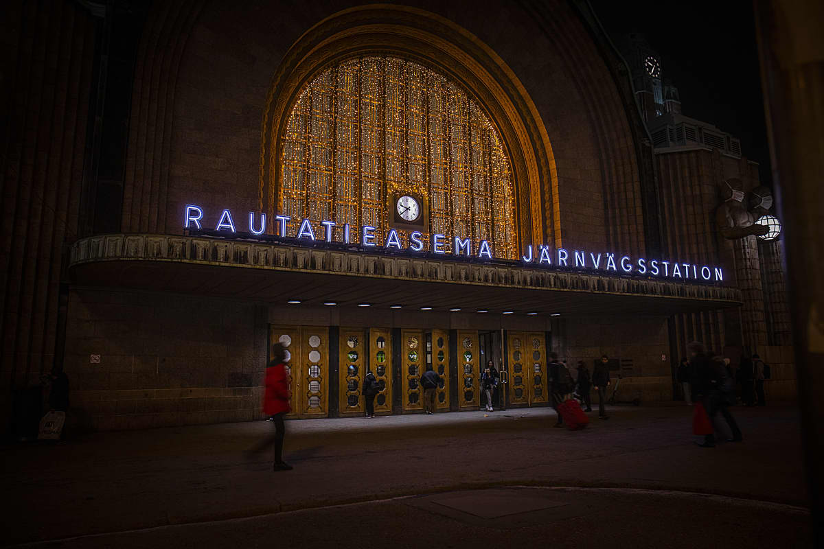 Helsingin rautatieasema ilta-aikaan.