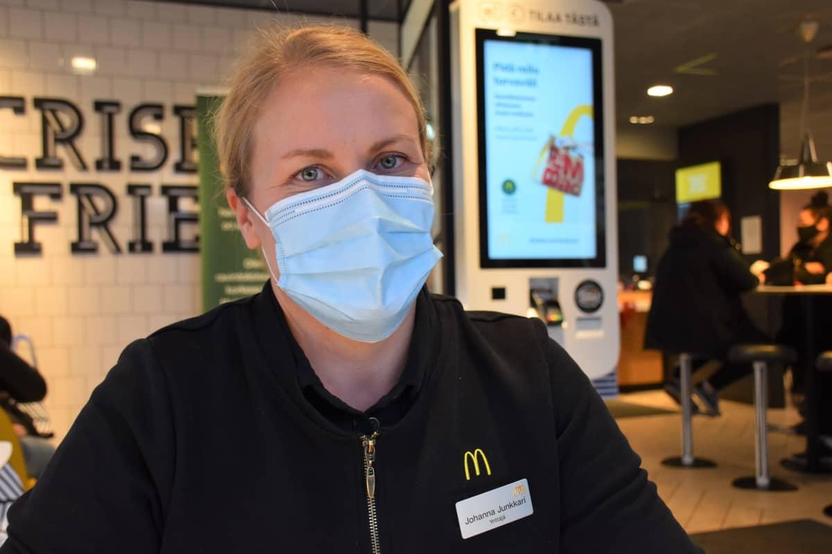 Porin ja Rauman McDonald'sin ravintolayrittäjä Johanna Junkkari Porin ravintolan tiloissa.