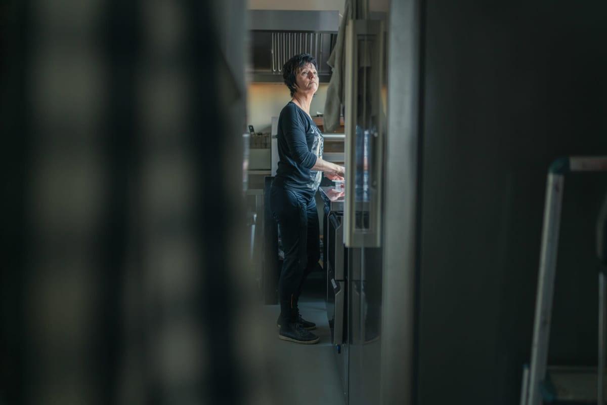 Eila Leppänen työskentelee ravintolansa keittiössä.