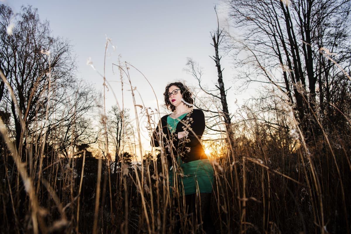 Emilia Saikkonen kuvattiin Lauttasaaressa aurinkoisena päivänä joulukuun alussa vuonna 2020.