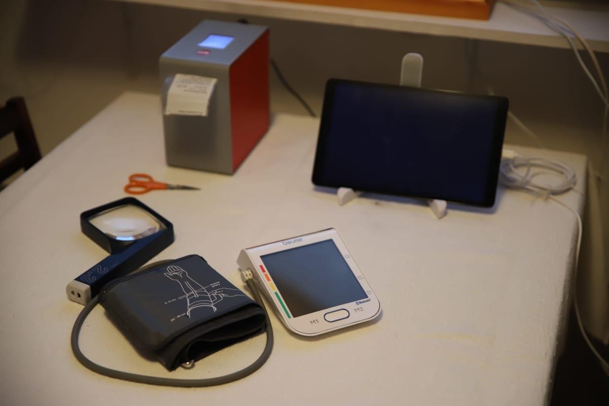 Kotihoidon digipalvelun laitteita Kaija Ojalan kotona.