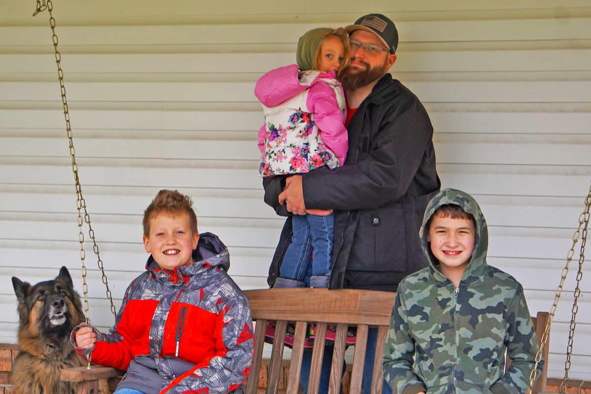 Andrew Edelbrock lastensa kanssa