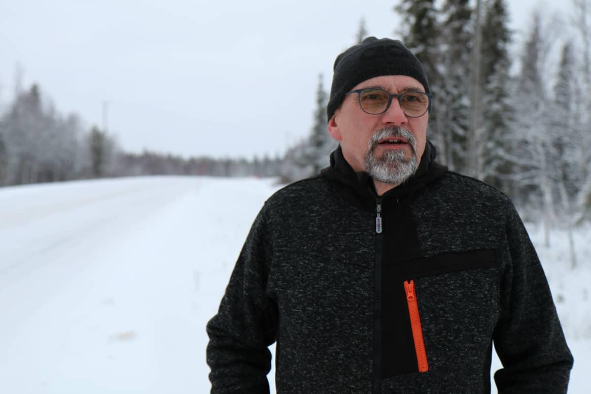 Muoniolainen Olavi Airaksinen seisoo Valtatien 21 varressa.