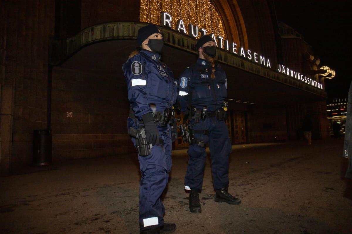 Poliisipartio rautatieaseman edustalla.
