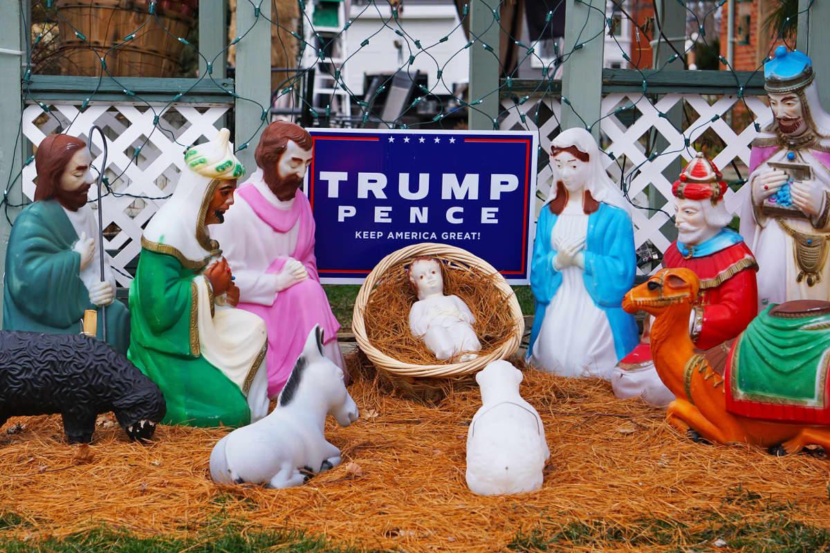 Trump-kyltti jouluasetelman keskellä
