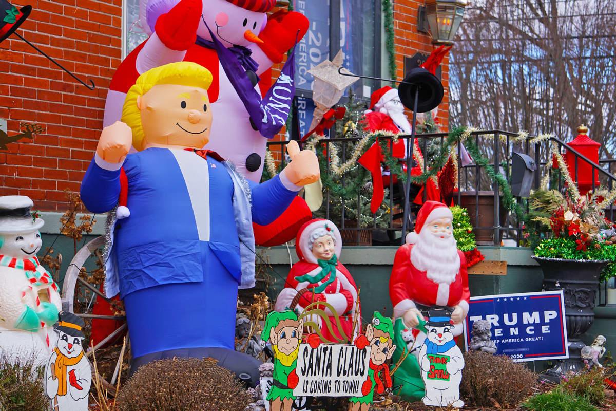 Ilmatäytteinen Trump joulukoristeiden joukossa