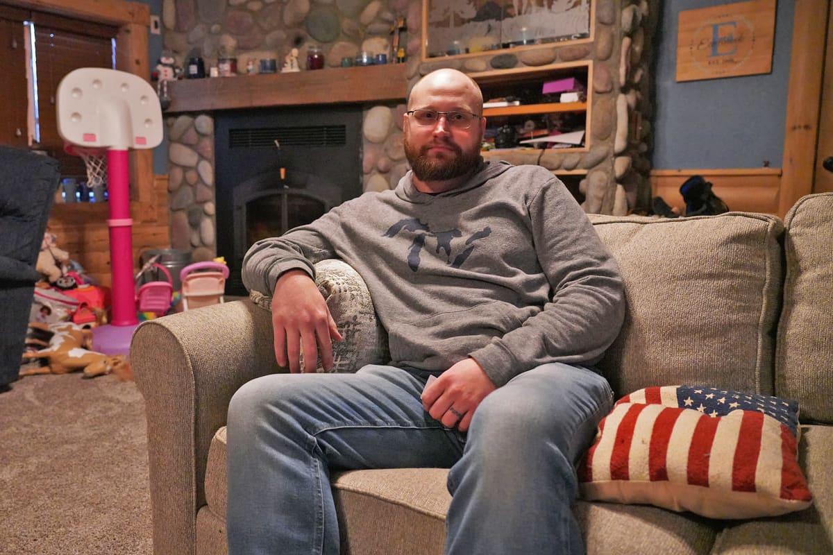 Andrew Edelbrock istuu sohvalla olohuoneessaan