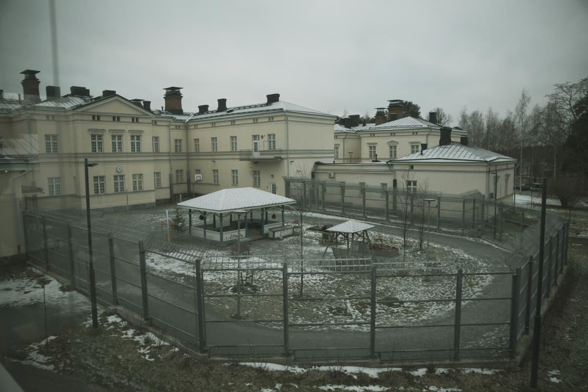 Niuvanniemen sairaalan suljetun osaston ulkoilupiha.