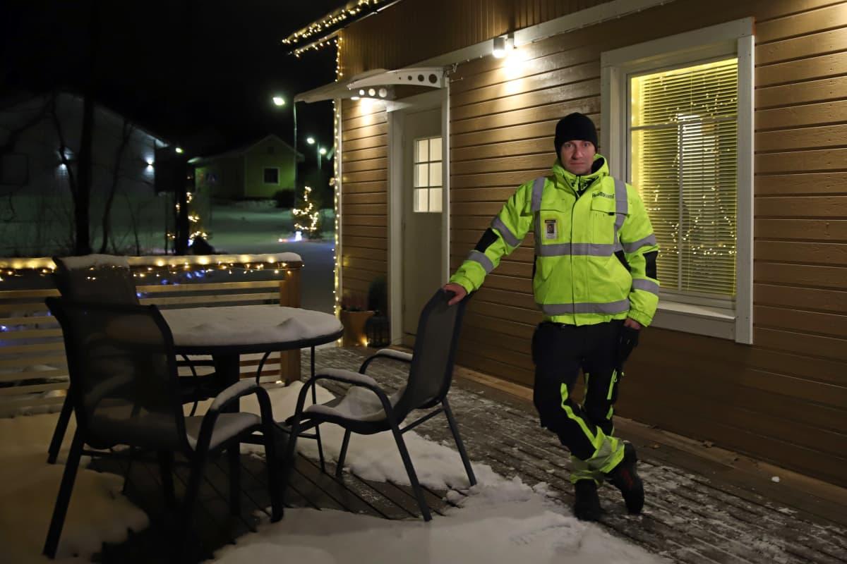 Jesse Kotro jouluvaloin koristellun talonsa terassilla.