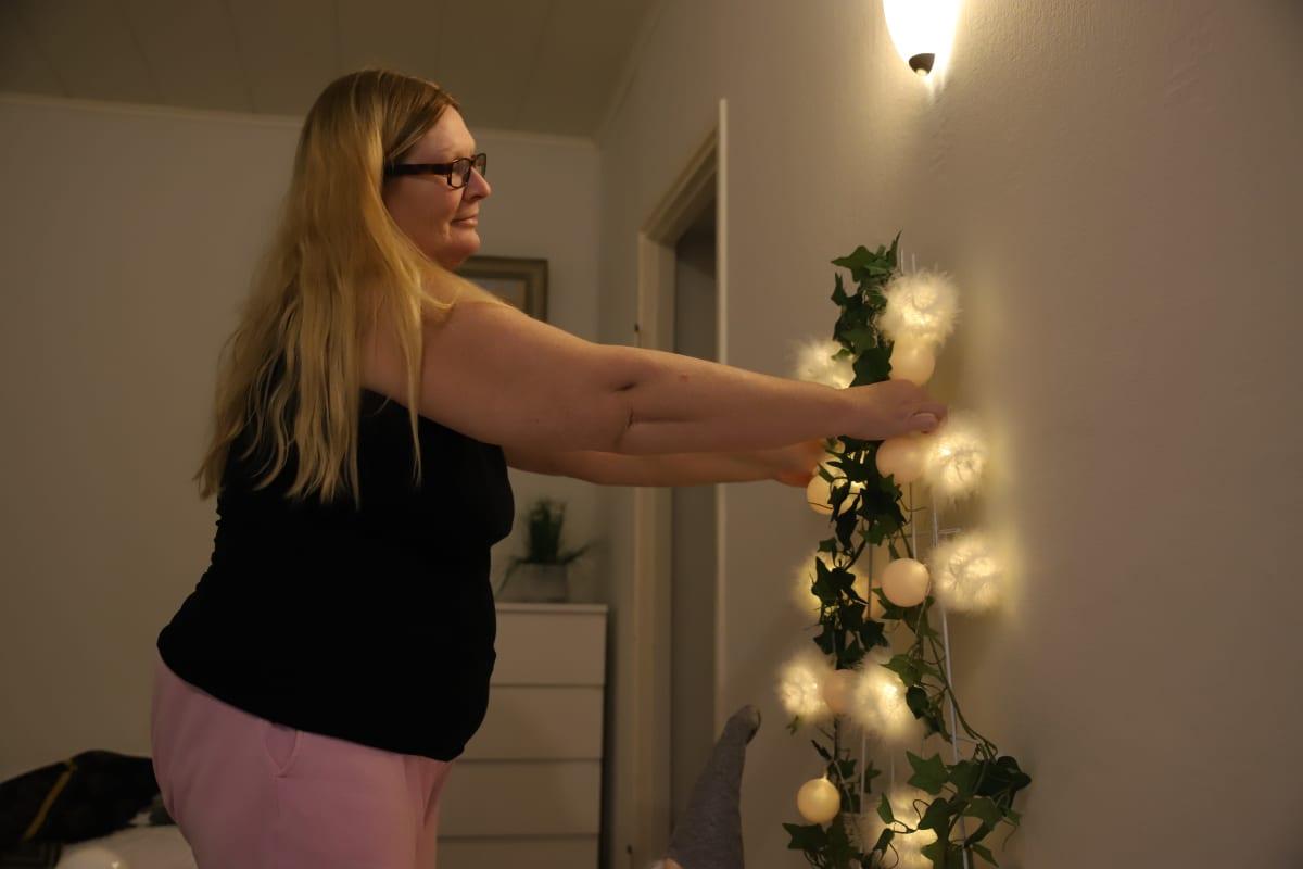 Eija Pekonen koristelemassa joulukoristeilla kotiaan.