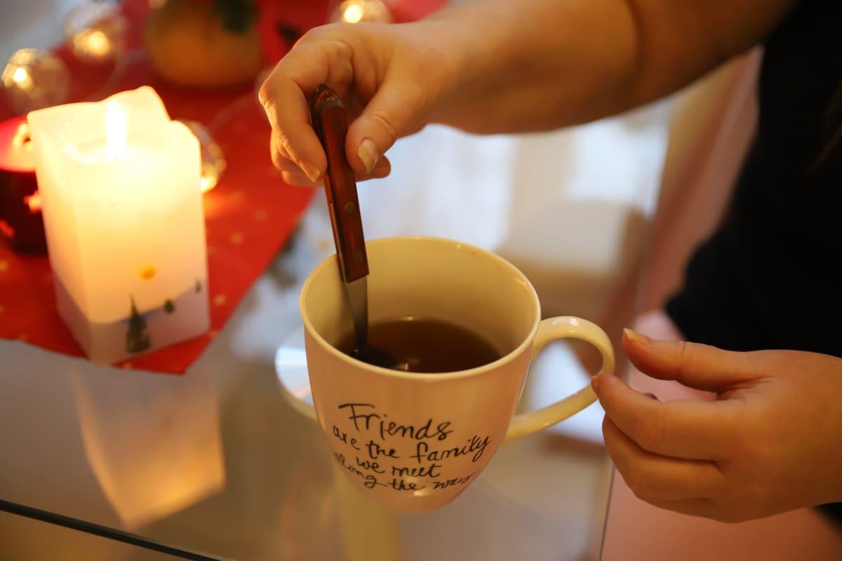 Eija Pekonen sekoittamassa teetä kotonaan.