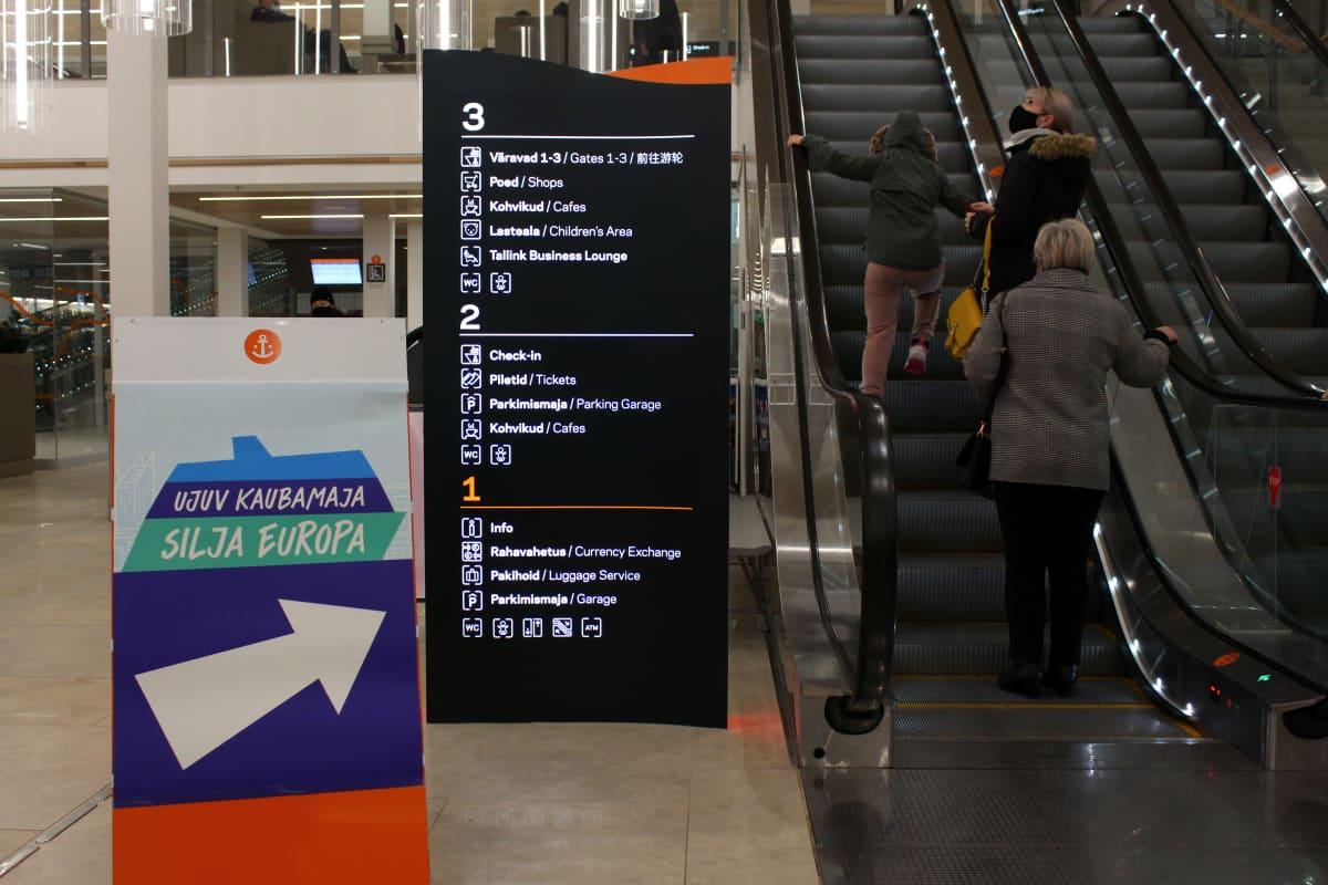 Kelluva ostoskeskus -kyltti osoittaa sisäänpääsyn Silja Europaan Tallinnan satamassa.