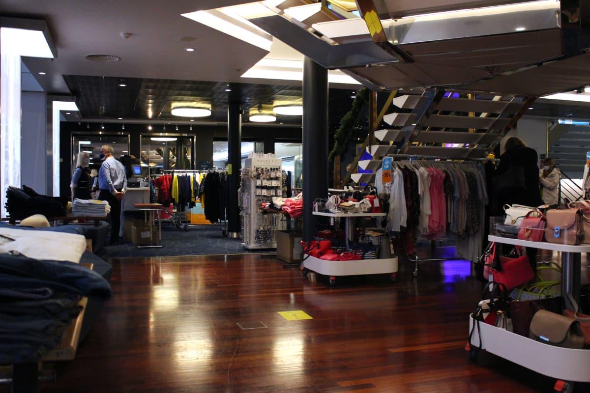 Silja Europa aluksen seitsemännellä kannella on vaatetankoja ja asustehyllyjä odottamassa shoppailijoita.