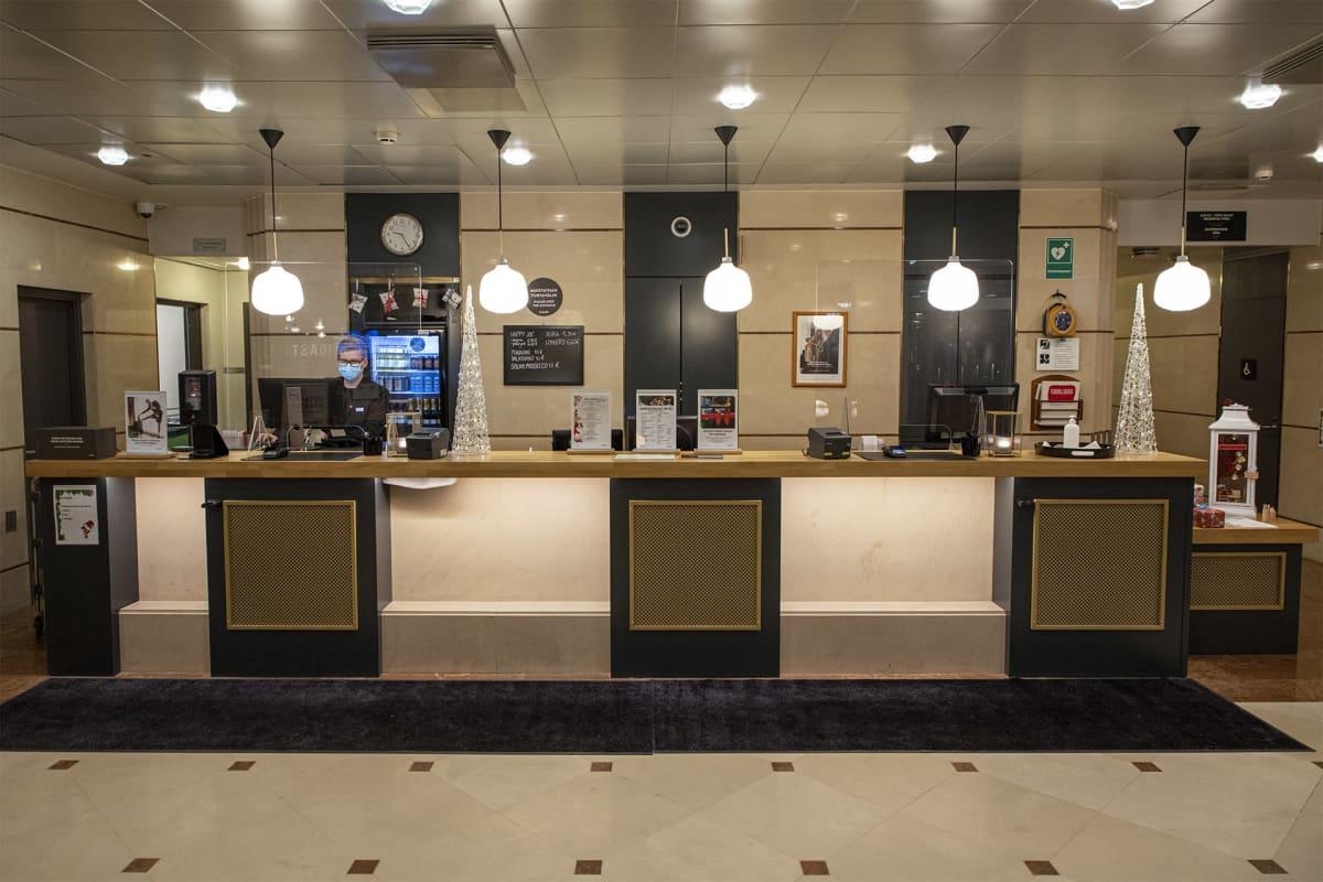 Jyväskylän Scandic station hotellin vastaanottotiski.