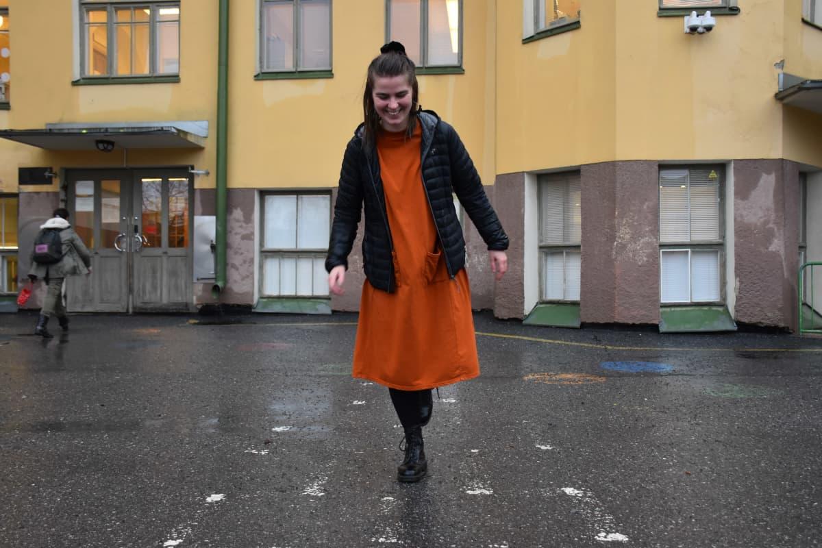 Saana Ylikruuvi ruutuhyppelemässä Porin Cygnaeuksen alakoulun pihalla.
