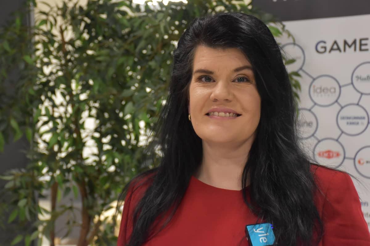Prizztechin pelillisyysasiantuntija Pirita Ihamäki yrityksen toimistotiloissa.