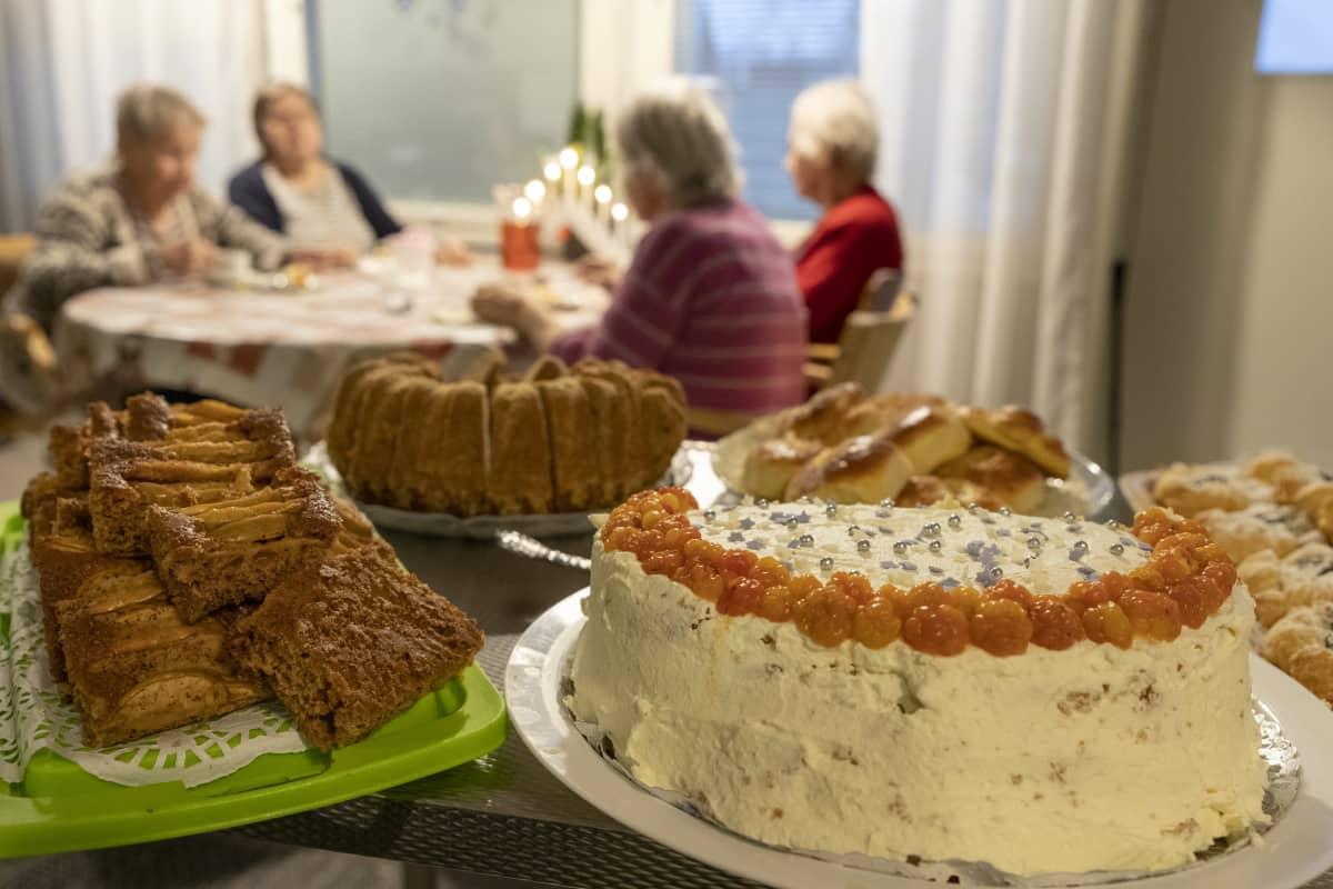Asukkaat syntymäpäiväkakulla perhekoti Rauhalassa