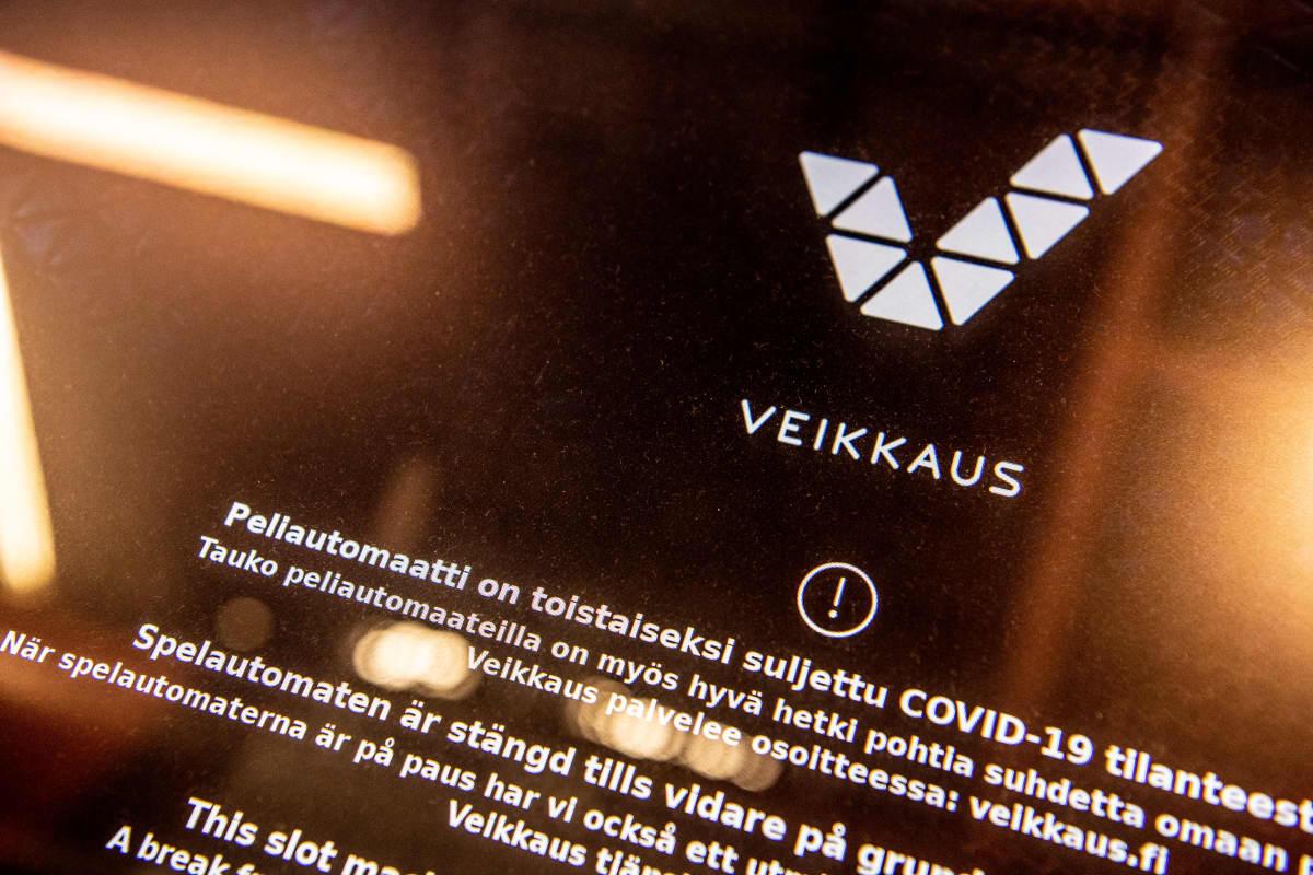 Rahapeliautomaatin näytöllä kerrotaan pelin olevan suljettu koronan takia.