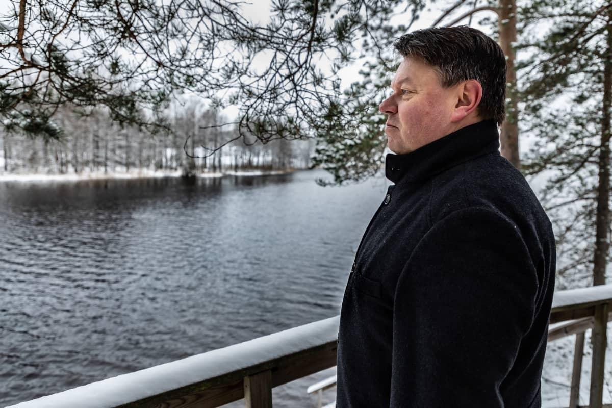 Maailman ilmatieteen järjestön (WMO) pääsihteeri Petteri Taalas katsoo järvelle Nuuksion mökillään