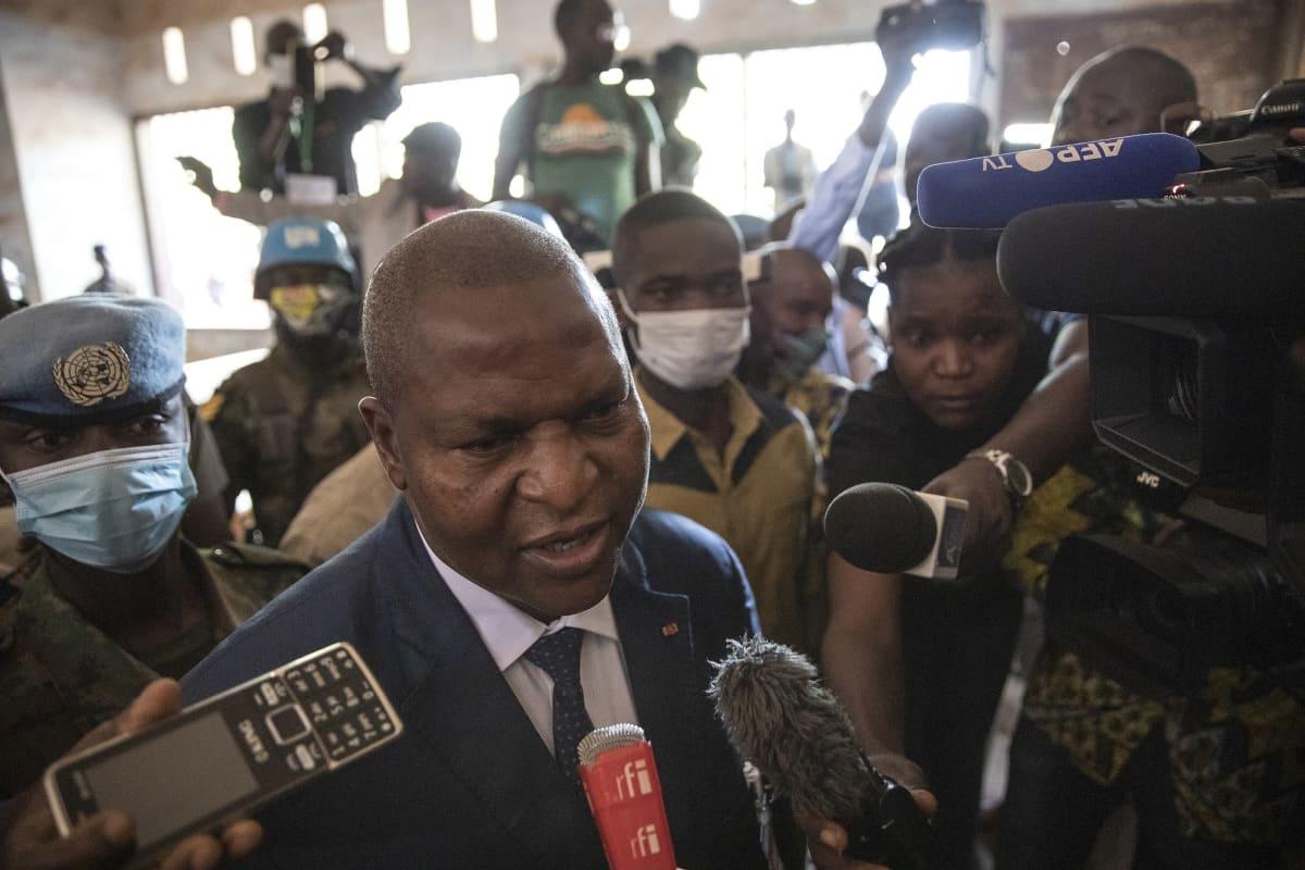 Faustin-Archange Touadéra puhui medialle äänestyspaikalla Banguissa 27. joulukuuta.
