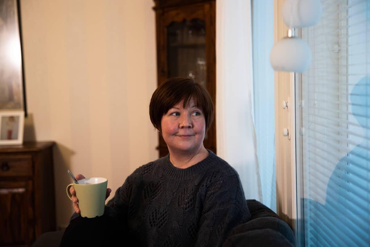 Tanja Heikkilä istuu kotona