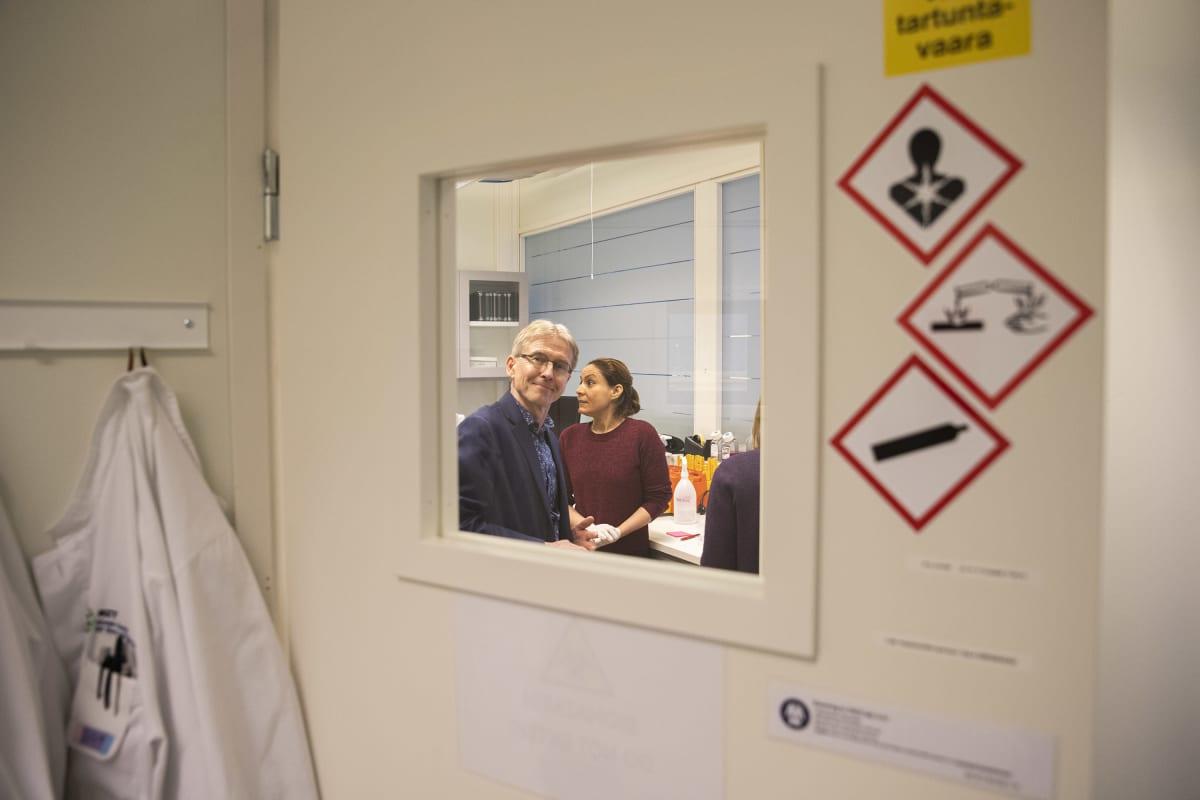 Seppo Ylä-Herttuala kurkistaa laboratorion ovesta