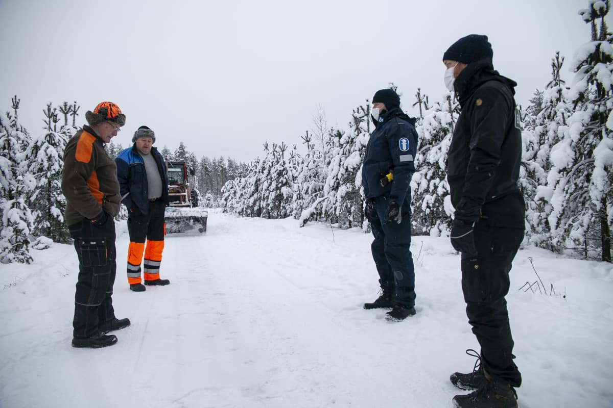 Tobias Peura, erätarkastaja, SusiLIFE ja  Kimmo Örn vanhempi konstaapeli, SusiLIFE,  katselemassa suden jälkiä tiellä