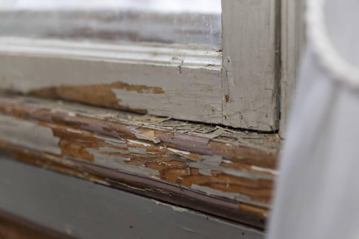 Aino Acktén huvilan huonokuntoiset ikkunanpuitteet.