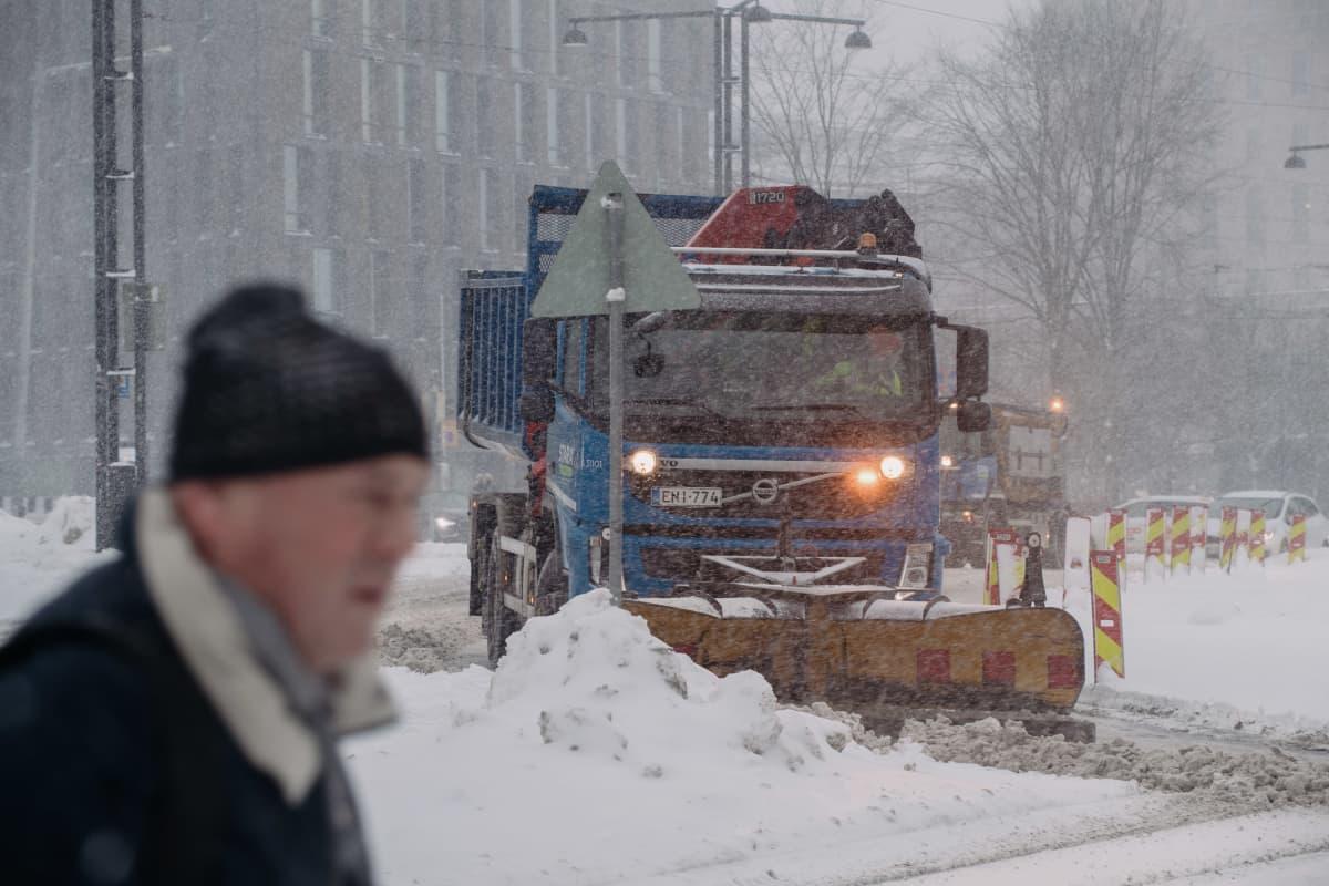 Aura auto auraa lunta Mannerheimintiellä, Helsingissä.
