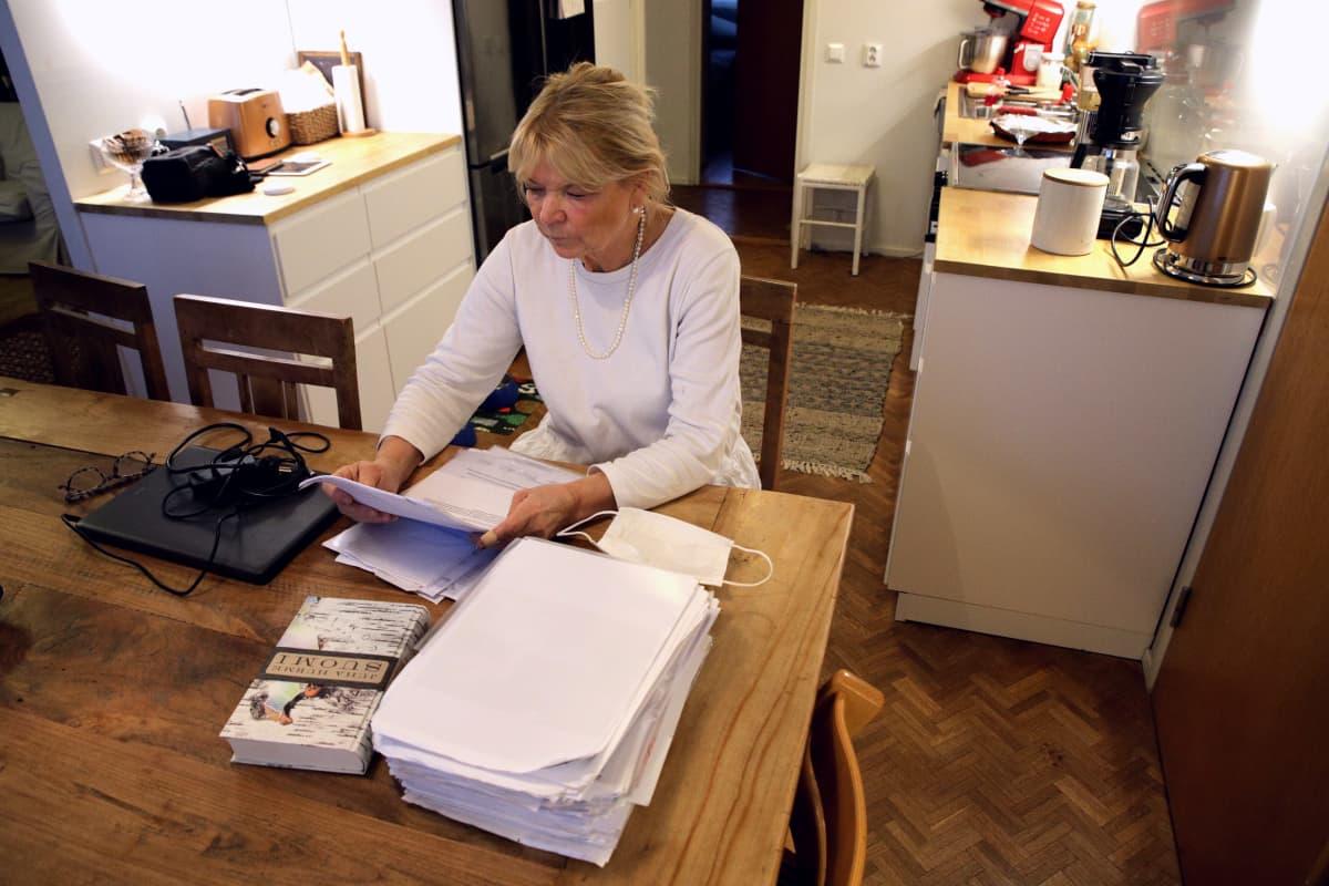 Jessica Löfgren-Eriksson tutkii Lopen koirasusitapauksen papereita oikeudenkäyntiä varten.