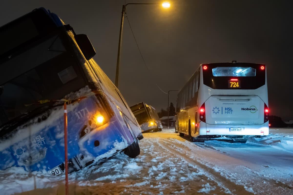 Kaksi bussia suistui lumimyrskyssä tieltä Vantaan Jokiniemessä