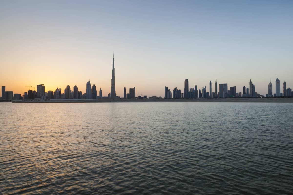 Dubain siluetti mereltä. Pilvenpiirtäjiä.