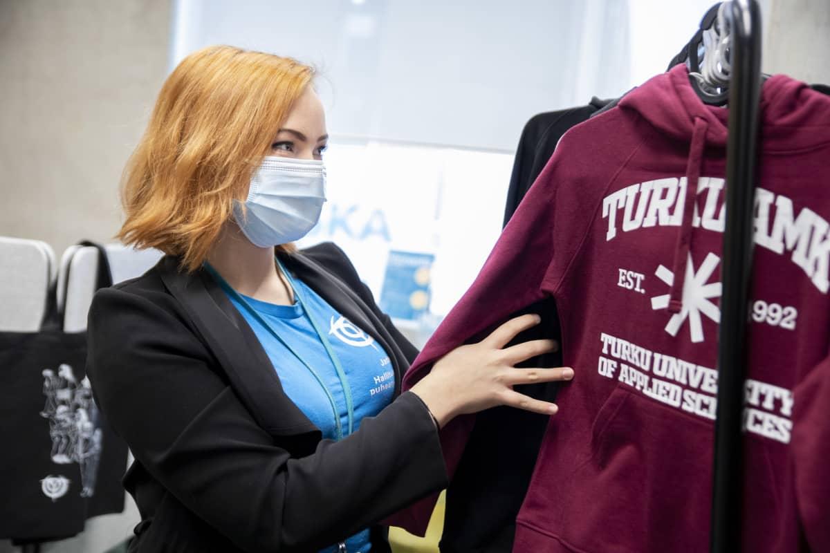 Turun amk:n opiskelijakunnan hallituksen puheenjohtaja Jade Tähtinen järjestelee Turun amk:n paitoja