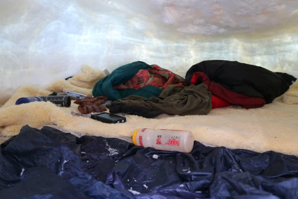 Valerjan Romanovski nukkuu iglussa karvaisen lampaannahkan päällä.