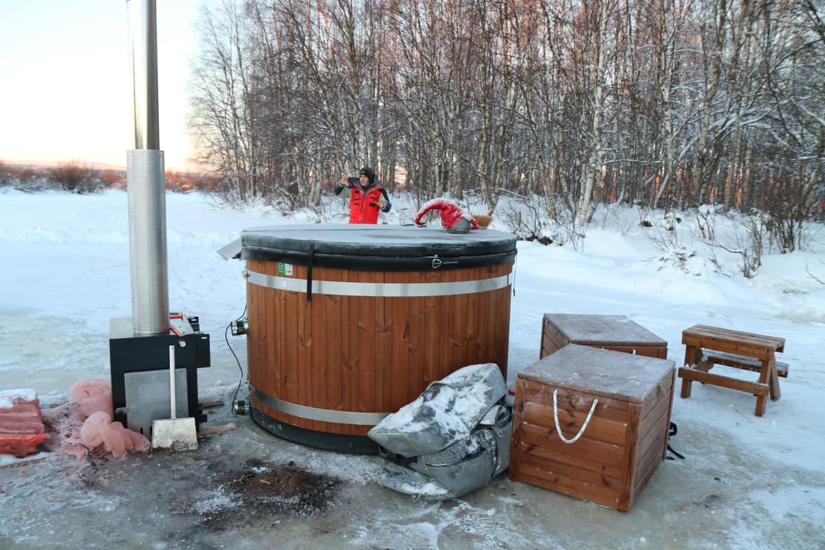 Valerjan Romanovski kylpee kerran viikossa lämpimässä paljussa.