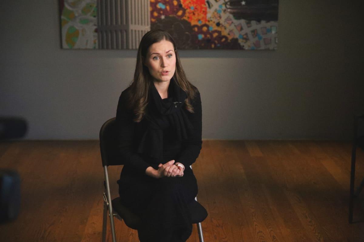 Pääministeri Sanna Marin Ylen haastattelussa Hämeenlinnan Verkatehtaalla.